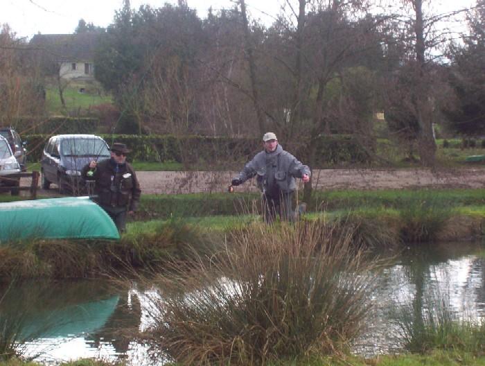 je comprend pourquoi ils pêchent plus que nous.....ils se mettent a genoux devant les poissons!!!!!