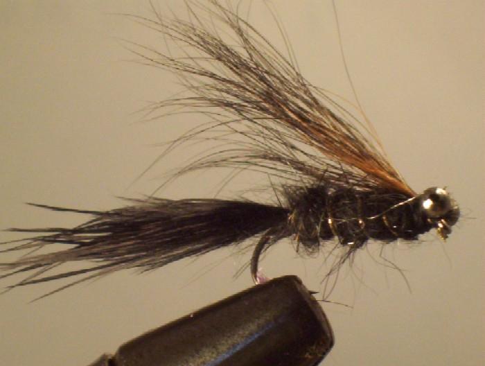 corps en dubbing noir,cerclé or ,queue en marabout noir , aile en queue d'écureuil , oeil en chainette de lavabo , lestage ne plomb sur toute la hampe.